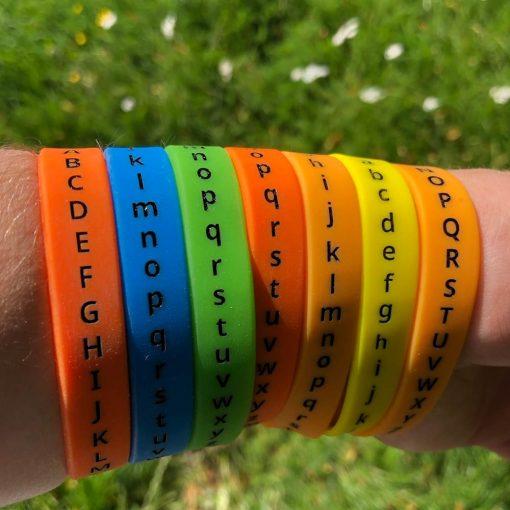 Forskerfabrikkens bokstavarmbånd på arm